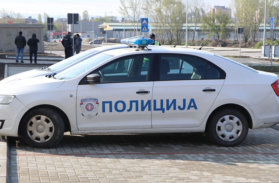 Uhvaćeni na parkingu novosadskog tržnog centra sa dva džaka ukradene odeće