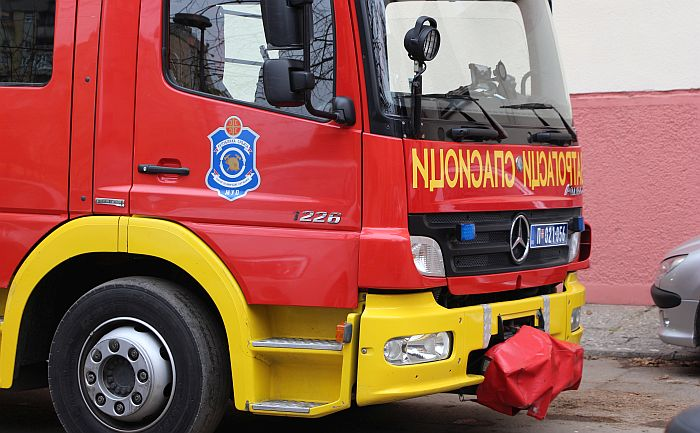 Požar u fabrici toalet papira u Surčinu, jedan radnik zadobio opekotine