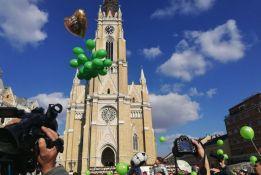 FOTO: Puštanjem zelenih balona u Novom Sadu obeležen Dan dece obolele od raka