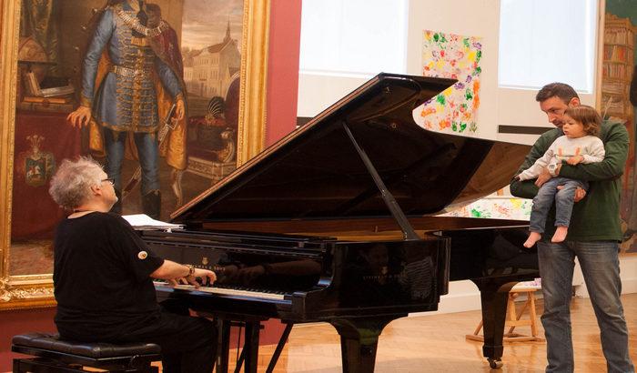 FOTO: Ivan Tasovac održao koncert za bebe u Galeriji Matice srpske