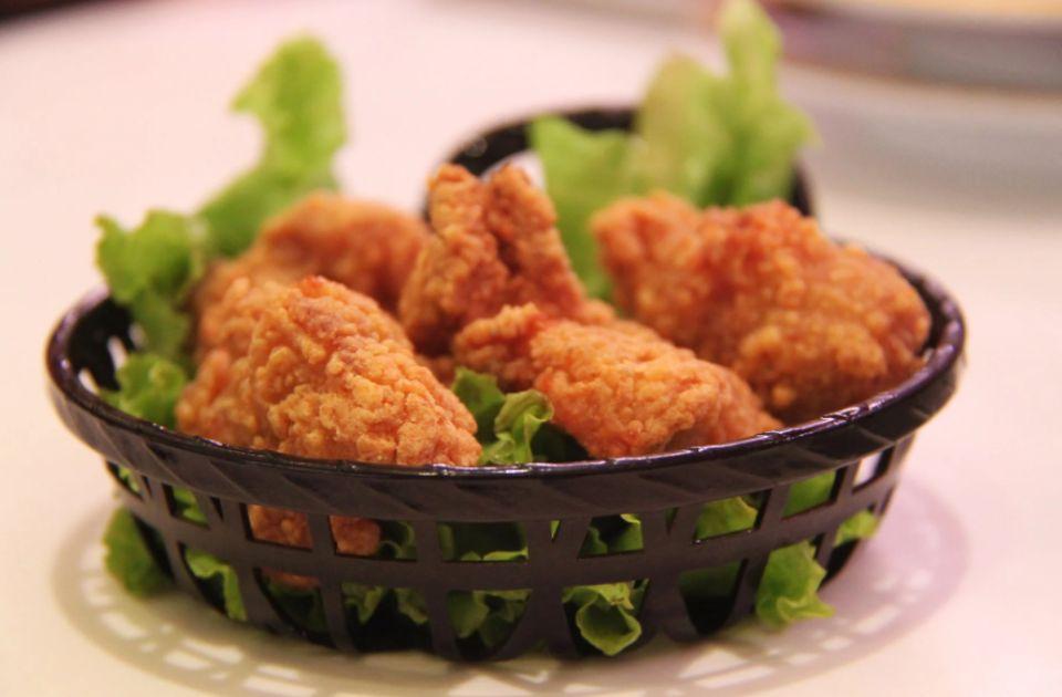 Protest ispred novosadskog KFC-a zbog tretiranja kokošaka: Stop jajima iz kaveznog uzgoja