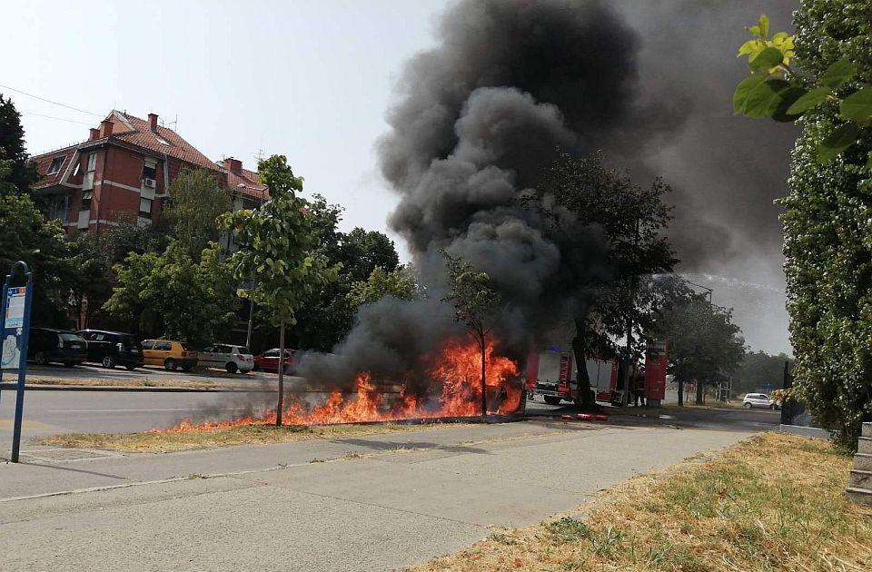 FOTO: Izgoreo automobil na Novom naselju, žena i dete na vreme izašli iz kola