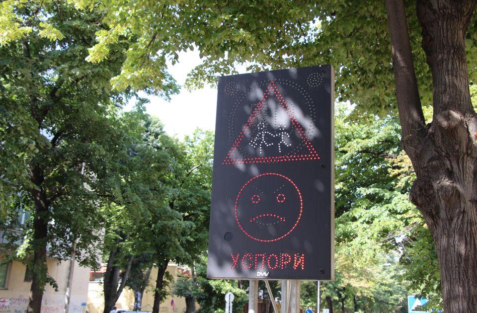 """FOTO: Zeleni smajli """"Hvala"""" i ljutiti emotikon """"Uspori"""" vozačima u blizini novosadskih škola"""