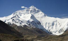 Mont Everest i dalje prekriven smećem i fekalijama