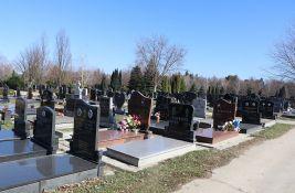 Na Gradskom groblju izgorela dva četinara, ljudi palili sveće uz stablo