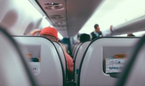 FOTO: Stjuardesa tokom leta podojila tuđu uplakanu bebu