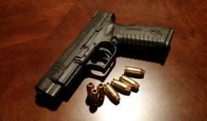 Prištinska pevačica na granici pokušala da prošvercuje pištolj u obliku upaljača