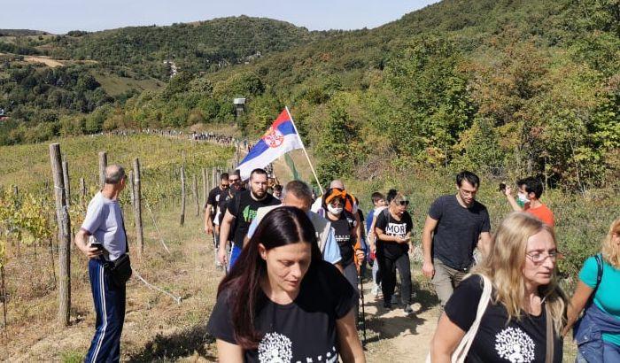 FOTO, VIDEO: Aktivisti probili ograde na planinarskoj stazi na Fruškoj gori