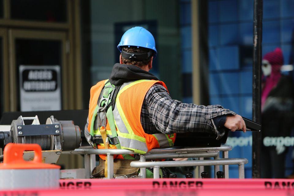 VIDEO: Zbog svađe oko plate radnik bagerom srušio pola zgrade