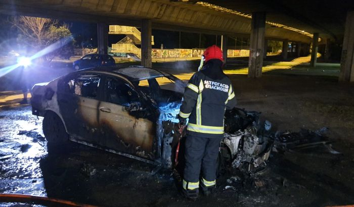 FOTO: Izgoreo automobil ispod Mosta slobode
