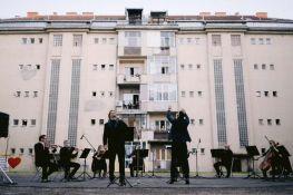 FOTO: Stanovnici Podbare iz svojih domova uživali u koncertu Opere SNP-a, večeras nastup na Limanu