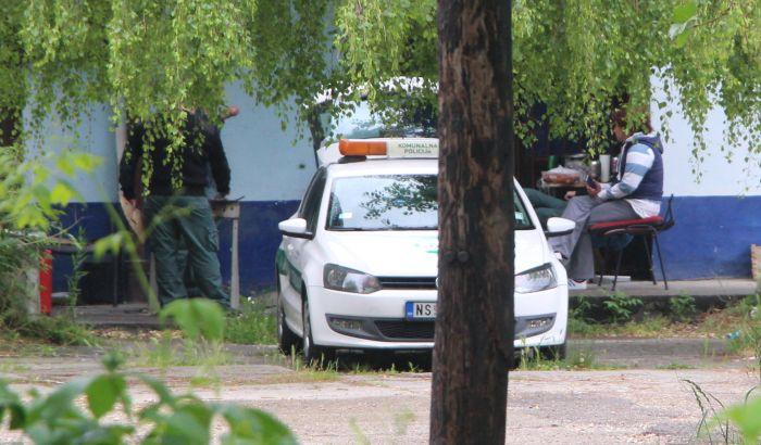 FOTO, VIDEO: Novosadska komunalna milicija roštilja tokom policijskog časa u dvorištu na Bulevaru oslobođenja