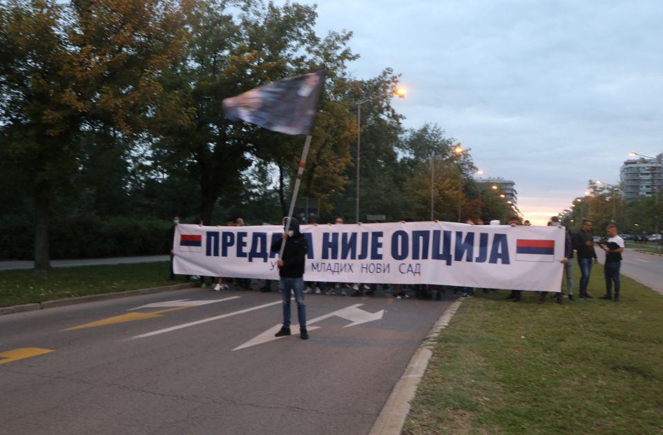 VIDEO, FOTO: Više stotina mladih šetalo na Limanu, nosili Vučićevu zastavu uz naprednjački slogan