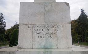 FOTO: Spomenik zahvalnosti Francuskoj na Kalemegdanu išaran sprejom