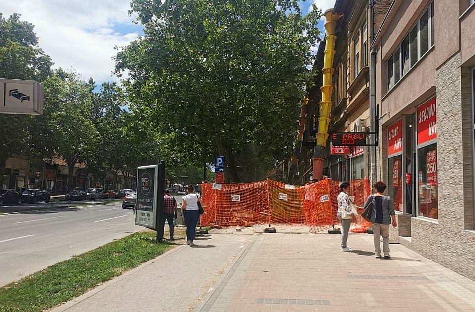 Bespravno blokirani trotoar i staza u Jevrejskoj, inspekcija naložila mere