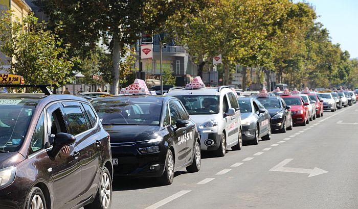 Taksisti u Novom Sadu nastavljaju protestne vožnje u petak, a za vikend pauza