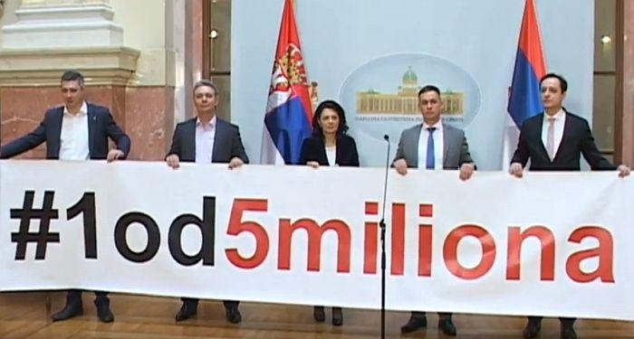 VIDEO: Poslanici opozicije bojkotuju vanrednu sednicu Skupštine, razvili transparent