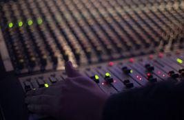 Nacionalna frekvencija za radio koji se ne emituje, iza kojeg stoji firma koja se bavi bojama