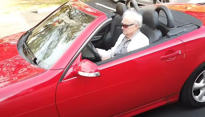 VIDEO: Vozi i u 108. godini, kaže da je dugovečan zahvaljujući mlađoj ženi