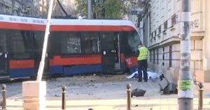 VIDEO: Tramvaj izleteo iz šina u Beogradu, jedna osoba stradala