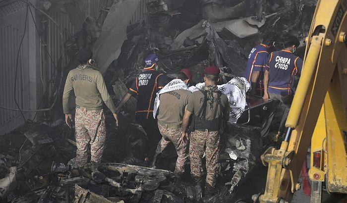 Dve osobe preživele pad aviona u Karačiju