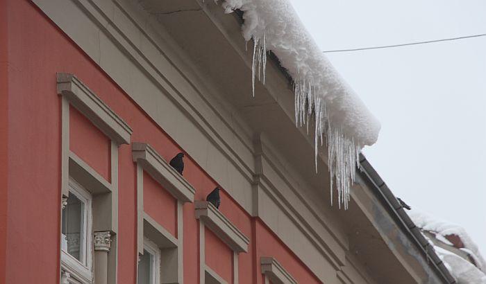FOTO: Klizavo na ulicama Novog Sada, sa krovova
