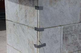 FOTO: Futožani izolir trakom lepili ploče na spomeniku kako ne bi pale na decu koja se igraju