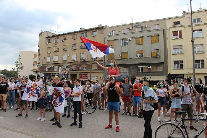 FOTO, VIDEO: Novosadski studenti šetali do Banovine, dali rok od tri dana ili sledi radikalizacija protesta