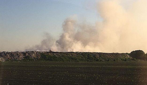 Gori deponija u Staroj Pazovi, dim i kod autoputa