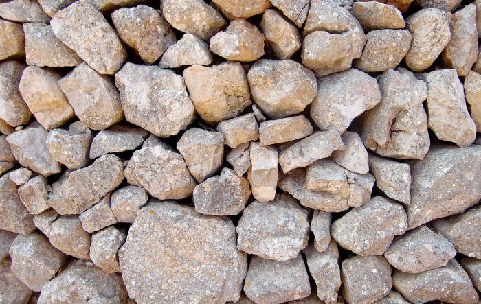 Radnica koja je morala da ručno prebacuje kamenje u kamenolomu dobila otkaz