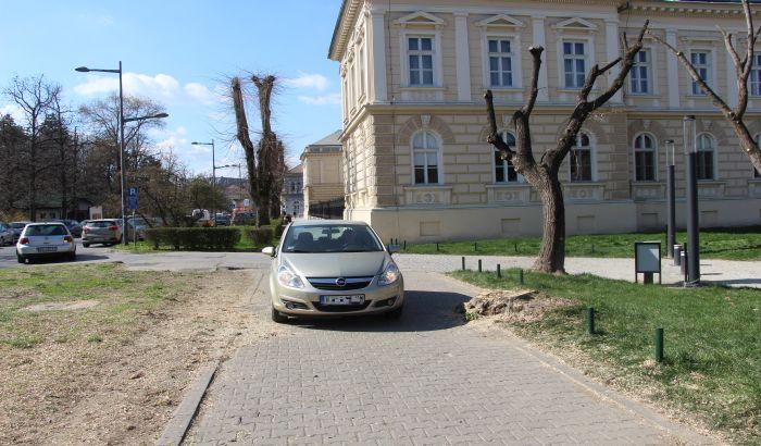 Kostu Hadžija oborilo vozilo na trotoaru kod Muzeja Vojvodine