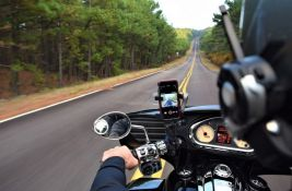 Motociklista naleteo na automobil, poginuo na licu mesta