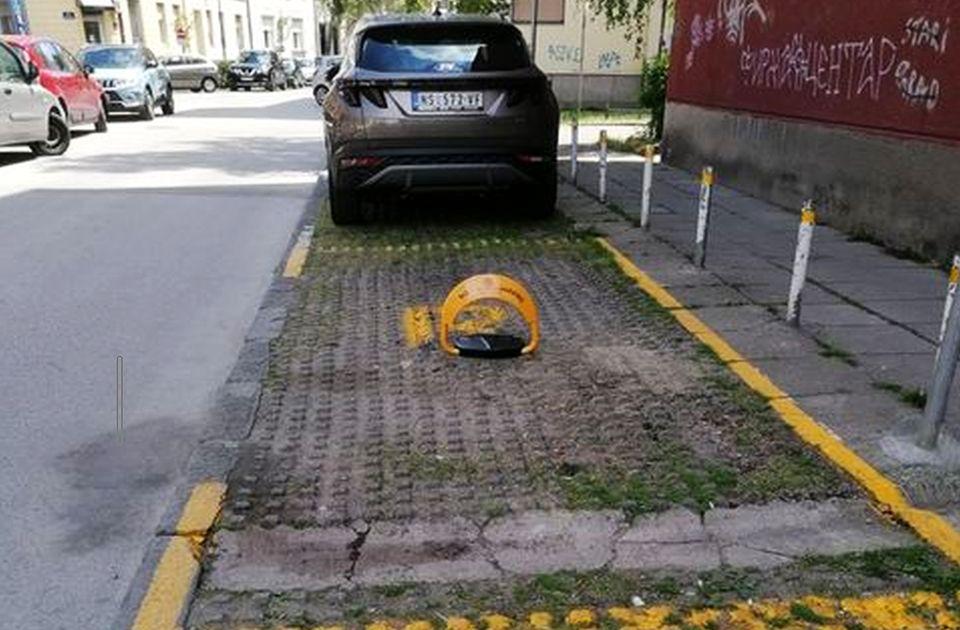 FOTO: Stanarka na rezervisano parking mesto postavila barijeru da niko ne može da se parkira
