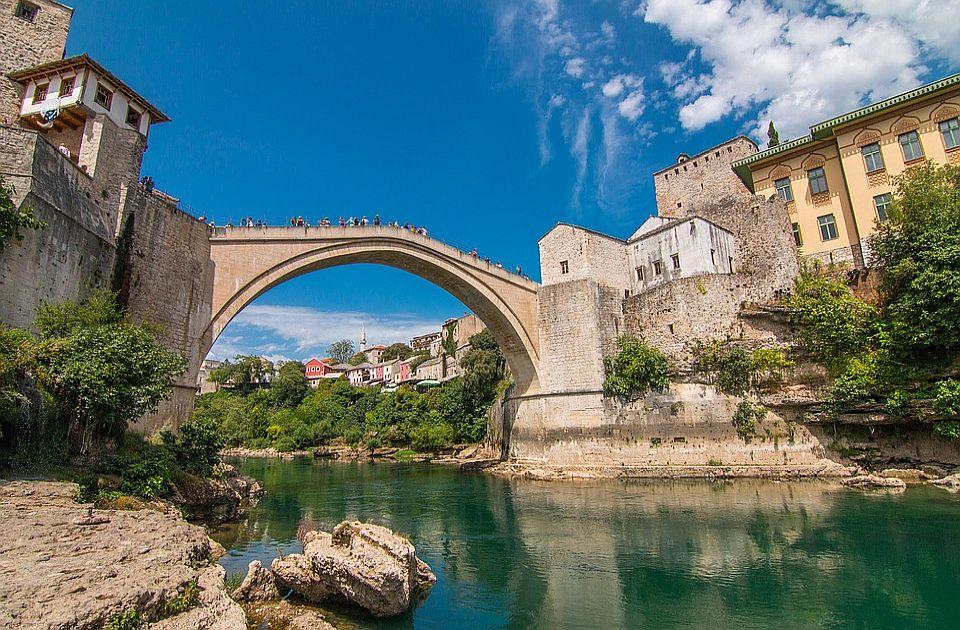 Na današnji dan: Otvoren obnovljen most u Mostaru, rođen tvorac šivaće mašine, umrla Ejmi Vajnhaus