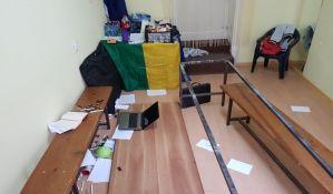 FOTO: Napadnuti aktivisti Vojvođanskog fronta u kancelariji u Sremskim Karlovcima