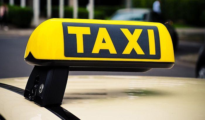Roditelji zaboravili novorođenče u taksiju