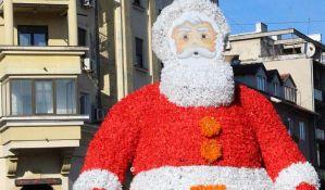 Deda Mraz paketiće plaćene iz opštinskog budžeta donosi samo u selo funkcionerke SNS