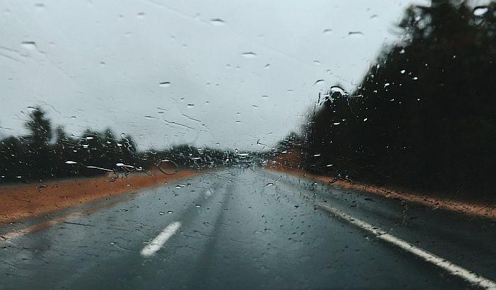AMSS: Puna pažnja za volanom zbog kiše