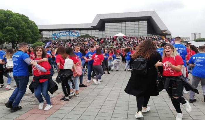 FOTO: Novosadski maturanti plesali kadril i užičko kolo