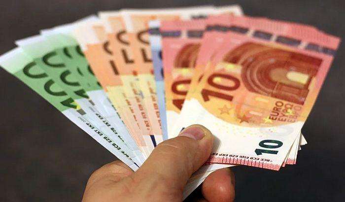 Poštanska štedionica počela isplatu 100 evra penzionerima, redovi od ranog jutra