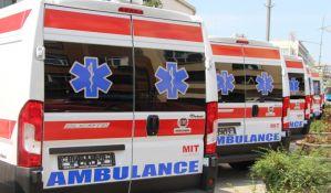 FOTO: Troje povređeno kada se automobil zakucao u ogradu crpne stanice na Keju, mladić prevezen na reanimaciju