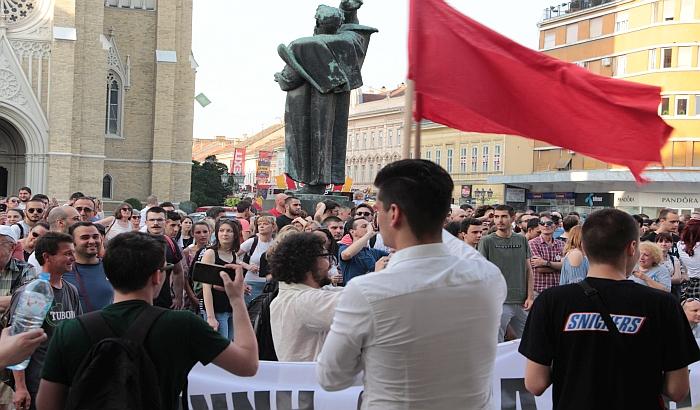 """FOTO, VIDEO: """"Neće nas slomiti"""", poručeno sa protesta u Novom Sadu"""