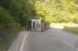 Prevrnuo se kamion, obustavljen saobraćaj prema Iriškom vencu