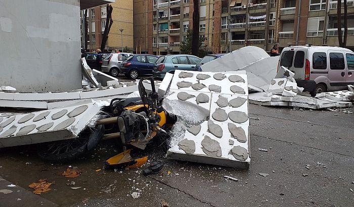 FOTO, VIDEO: Deo fasade zgrade u Balzakovoj 15 pao na motocikl i kola
