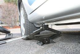 Na parkingu u Rumi ponudili čoveku da mu zamene gumu, pa mu ukrali automobil