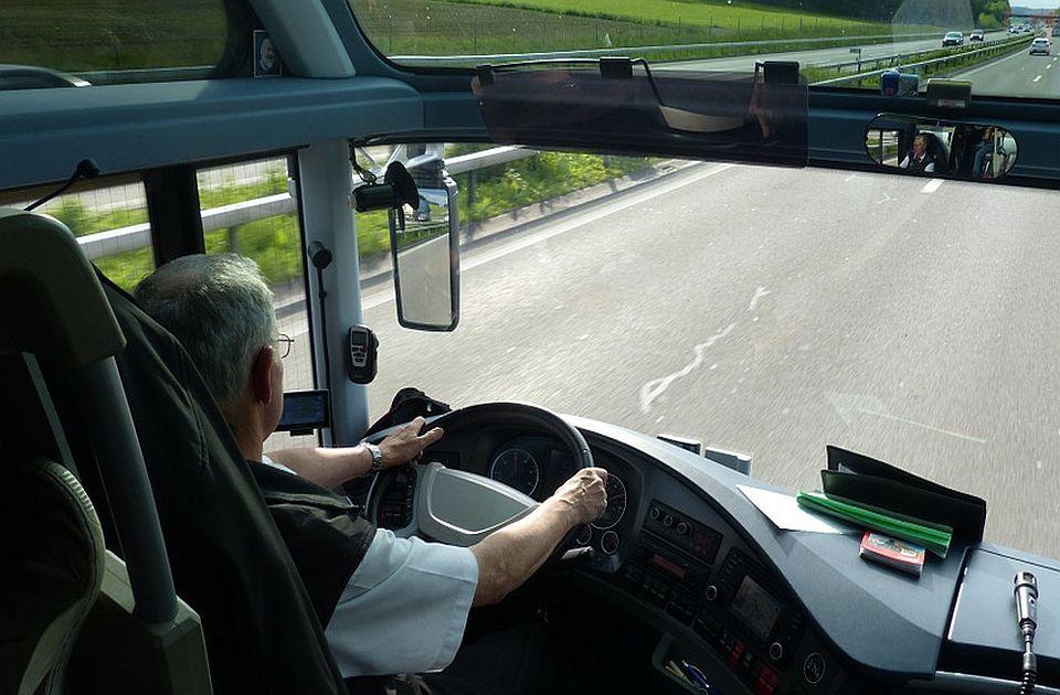 Zbog malih penzija i manjka vozača - za volanom autobusa i stariji od 70 godina
