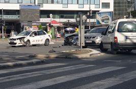 FOTO: Žena povređena u sudaru taksija i automobila na Bulevaru oslobođenja