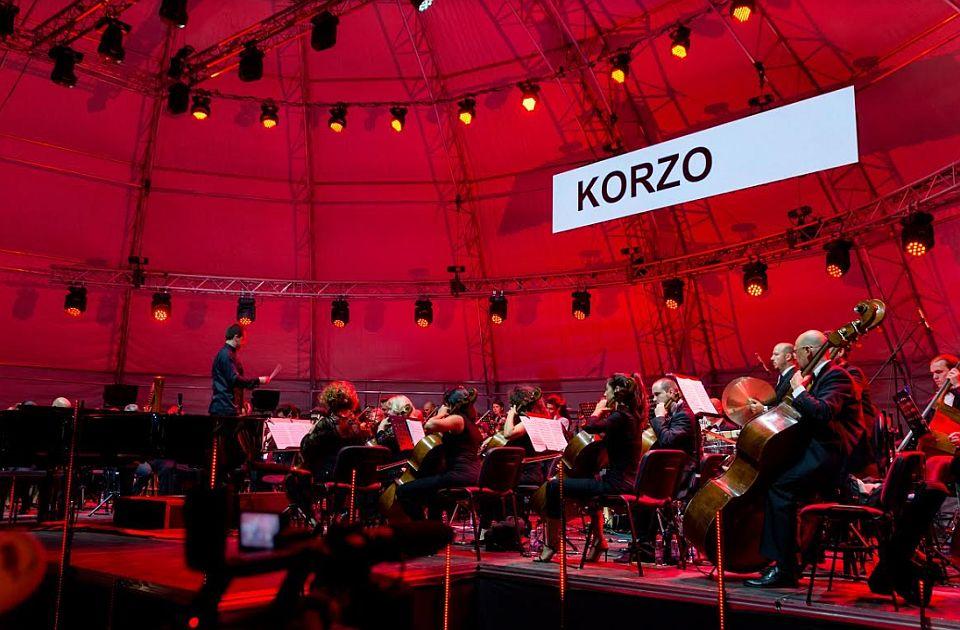 Korzo na Bulevaru Mihajla Pupina uz Stefana Milenkovića i Vojvođanski simfonijski orkestar