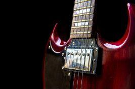 Devojčica oštetila očevu gitaru, on traži od bebisiterke da kupi novu