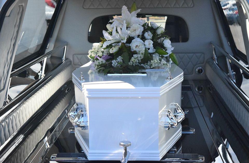 """VIDEO: Žena vežbala za svoju sahranu, ležala u kovčegu, a ljudi oko nje """"plakali"""""""